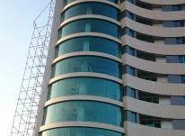 کرتن وال (Curtain wall) در اصطلاح عامیانه به پوشش بیرونی ساختمان اطلاق می شود که جزو سازه ساختمان محسوب نشده و تنها هدف از آن بیرون نگاه داشتن شرایط آب و هوایی و جوی است.