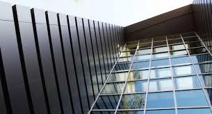 در نمای شیشه ای فریم لسقابهای آلومینیومی نگهدارنده شیشه (شیشه ها می توانند تکجداره و یا دوجداره باشند) بر روی یک فریم فولادی که از پروفیل هایی با سایزهای متفاوت ساخته شده نصب و فیکس می گردند.
