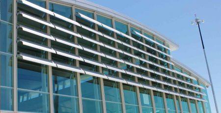 در سیستم لوور دوکی می توان با استفاده از تیغه هایی با مقطع دوکی شکل نماهای ظریف و بسیار زیبا به وجود آورد که ما حصل آن علاوه بر زیبایی نما سایبانهای کاربردی و مفید است .( لوورهای دوکی شکل آلومینیومی نسل جدیدی از نورگیرها می باشند که بسیار مورد توجه مصرف کنندگان از جمله طراحان پروژه های ساختمانی قرار گرفته اند).